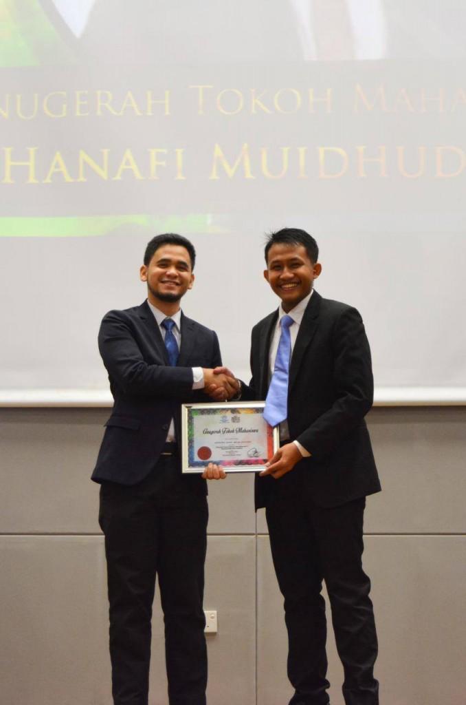 Saudara Hanafi Muidhudin menerima Anugerah Tokoh Mahasiswa